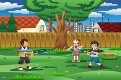 Dzieciaki bawić się z wodnym pistoletem w podwórku ilustracji