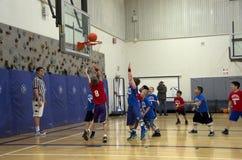 Dzieciaki bawić się koszykówki dopasowanie Zdjęcia Stock