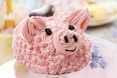 Dzieciaki bawją się: śliczny różowy prosiaczka tort fotografia royalty free