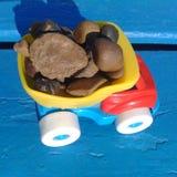 Dzieciaki bawją się samochód Fotografia Stock