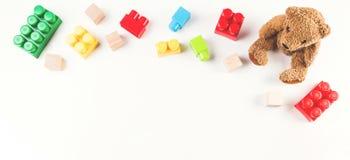 Dzieciaki bawją się tło z misiem i kolorowymi sześcianów blokami obraz royalty free