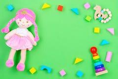 Dzieciaki bawj? si? t?o ram? z misiem i kolorowymi blokami na zielonym tle zdjęcie stock