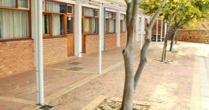 Dzieciaki biega w korytarzu zdjęcie wideo