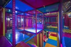 Dzieciaki biega wśrodku Kolorowego salowego boiska Zdjęcia Stock