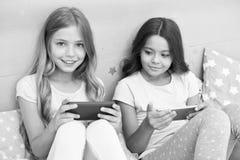 Dzieciaki bierze selfie Smartphone zastosowania pojęcie Dziewczęcy czas wolny piżamy przyjęcie Dziewczyny smartphone mali blogger obraz royalty free