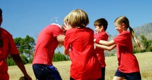 Dzieciaki bryzga wodę na trenerze w parku zdjęcie wideo