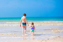 Dzieciaki chodzi na plaży Zdjęcia Stock
