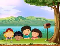 Dzieciaki chuje blisko skrzynki pocztowa Zdjęcie Royalty Free