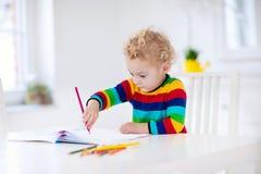 Dzieciaki czytający, piszą i malują pracę domową maleństwo Fotografia Royalty Free