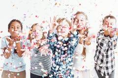 Dzieciaki dmucha confetti zdjęcia royalty free