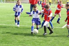 dzieciaki dopasowywają piłkę nożną Zdjęcia Royalty Free