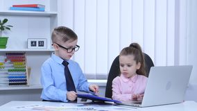 Dzieciaki drukują w widoków wykresach błękitna falcówka i laptopie zbiory wideo