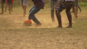 Dzieciaki drybluje piłkę w India i kopie zdjęcie wideo