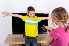 Dzieciaki dyskutuje nad TV Zdjęcie Royalty Free