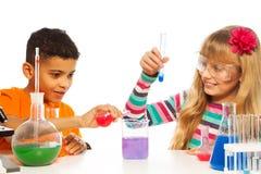 Dzieciaki eksperymentuje w chemii fotografia royalty free