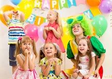 Dzieciaki grupują na przyjęciu urodzinowym zdjęcie stock