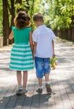 Dzieciaki iść na alei w parku Zdjęcie Royalty Free