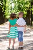 Dzieciaki iść na alei w parku Zdjęcia Royalty Free