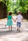 Dzieciaki iść na alei w parku Obrazy Royalty Free