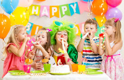Dzieciaki i błazen świętują przyjęcia urodzinowego obraz royalty free
