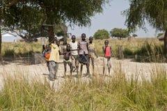 Dzieciaki i wodny dobrze, Afryka Obraz Royalty Free