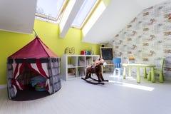Dzieciaki izbowi z sztuka namiotem i kołysa koniem Obraz Stock