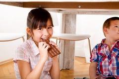 Dzieciaki je czekoladę w domu fotografia royalty free
