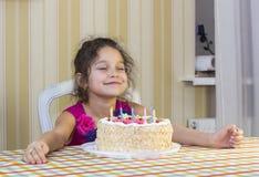 Dzieciaki jedzą tort Zdjęcie Royalty Free