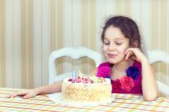 Dzieciaki jedzą tort Zdjęcia Royalty Free