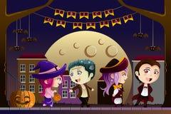 Dzieciaki jest ubranym Halloweenowych kostiumy Obrazy Royalty Free