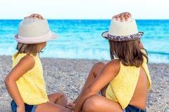 Dzieciaki jest ubranym kapelusze patrzeje morze Fotografia Stock