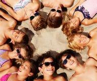 Dzieciaki kłaść na piasku tworzy okrąg ich głowy obraz royalty free