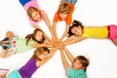 Dzieciaki kłaść w gwiazdowym kształcie obrazy royalty free