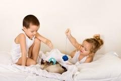 dzieciaki kocą się bawić się ich obraz stock