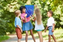 Dzieciaki liczą gwiazdy na Europa fladze obrazy stock