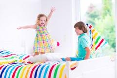 Dzieciaki ma poduszki walkę Zdjęcia Royalty Free