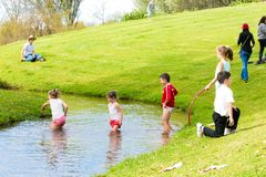 Dzieciaki ma zabawę w parku zdjęcie stock