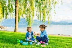 Dzieciaki ma zabawę outdoors Obrazy Stock