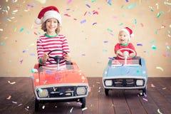 Dzieciaki ma zabawę przy Bożenarodzeniowym czasem zdjęcie royalty free
