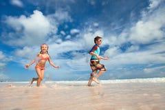Dzieciaki ma zabawę przy plażą Obrazy Stock