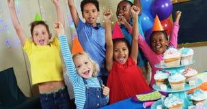 Dzieciaki ma zabawę z each inny podczas przyjęcia urodzinowego 4k zbiory