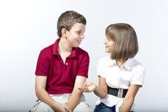 Dzieciaki mają skoczną rozmowę Zdjęcia Royalty Free