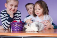 Dzieciaki mają zabawę z Wielkanocnym królikiem fotografia stock