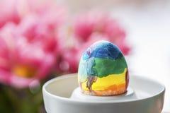Dzieciaki malowali tęczy Easter jajko fotografia royalty free