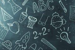 Dzieciaki maluje na szkolnym chalkboard, tło Zdjęcia Royalty Free
