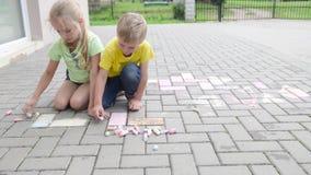 Dzieciaki maluje z kredą zdjęcie wideo