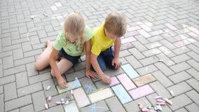 Dzieciaki maluje z kredą zbiory