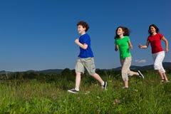 dzieciaki matkują bieg Zdjęcie Royalty Free