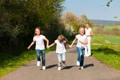 dzieciaki matkują wiosna działającą pozycję Obraz Stock