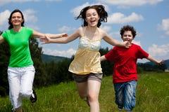 dzieciaki matkują plenerowego bieg Obrazy Stock